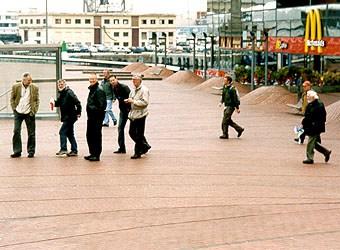Vi hittade ett stort köpcentrum i hamnen där marken var stensatt i vågor