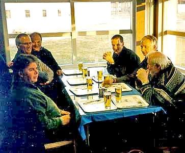 Väl framme på Skavsta flygplats intog vi lite öl för att fira att resan hade startat.