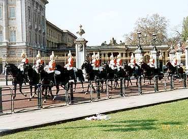Drottningen hade tydligen hört om vårt besök och skickade ut den beridna högvakten för att möta oss.