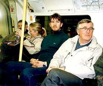 Vi tog tunnelbanan till centrum och gick på restaurang. (Kvinnan i mitten ingick inte i vårt sällskap.)