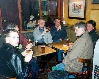 Efter att ha upplevt Londons pulserande nattliv tog vi oss en öl innan vi gick tillbaka till hotellet för en natts välbehövlig vila.