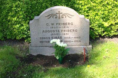 Rosor vid en av gravarna i Motala
