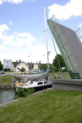 En tysk segelbåt passerar under bron in i slussen