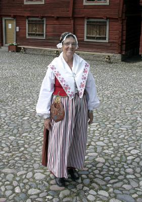 Mamma uppklädd i en folkdräkt