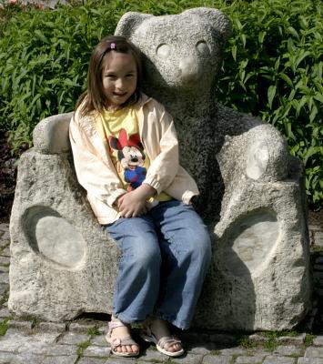 Angela vilar i björnstolen i stadsparken