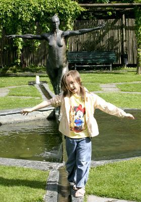 Angela härmar en staty
