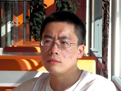 Alexander tar en paus från sina studier för att försöka förklara kinesisk grammatik för mig.