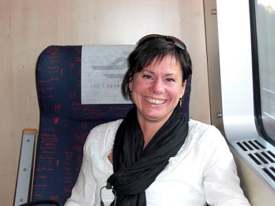 Jenny på tåget mot Örebro för att festa.