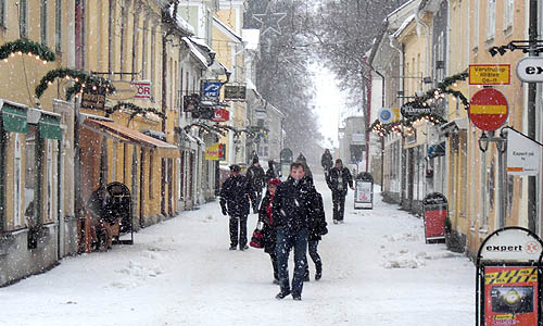 Det snöar på Storgatan i Vadstena