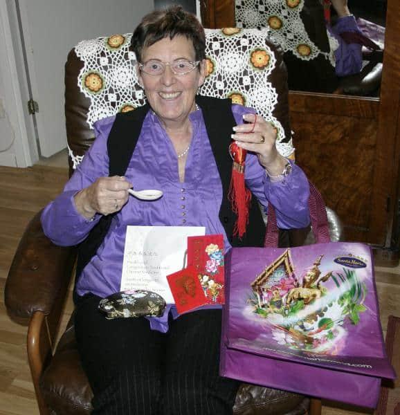 Mamma poserar med presenterna jag hade med mig till henne.